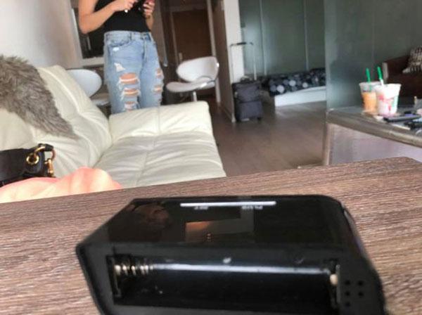 震惊!英情侣公寓钟表内发现隐藏摄像头指向床塌