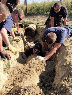 美国一羊羔不幸陷进管道 消防人员暖心救援