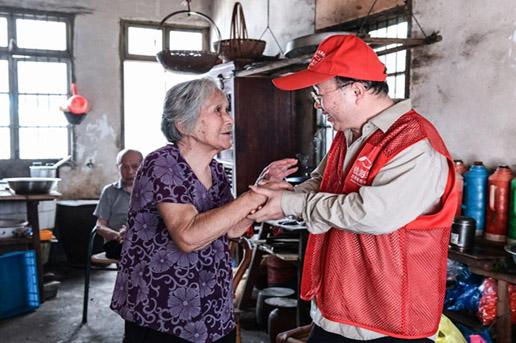 中华慈善日 志愿者为低保户改造线路