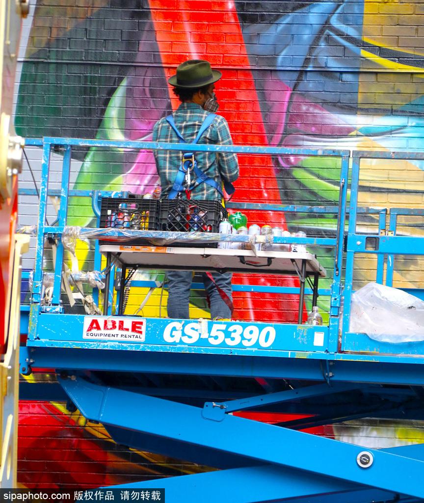 """巴西艺术家绘制巨幅消防员壁画纪念""""911""""事件"""