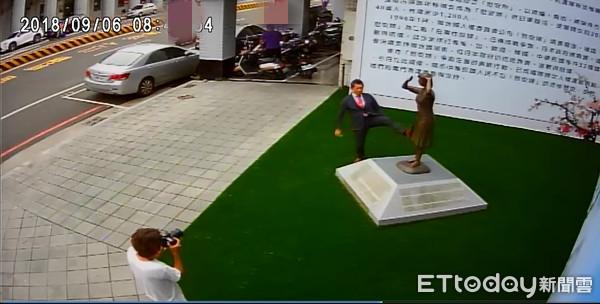日本右翼脚踹慰安妇铜像惹群愤 大陆网友出征为台湾出气!