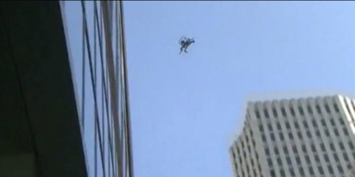 物业出动无人机检查旧金山大厦裂缝:中途坠落