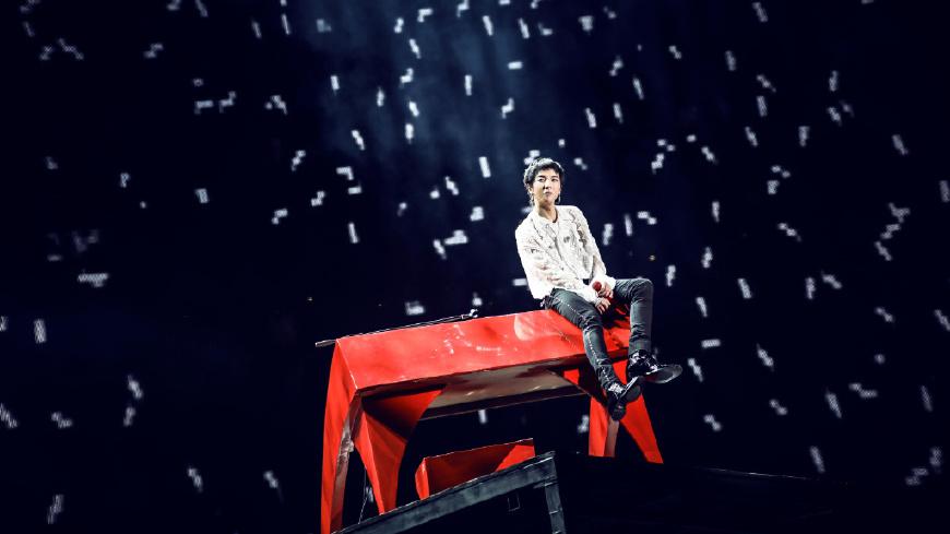 28岁华晨宇火星演唱会完美收官,个性红流苏确定不是啦啦队道具?