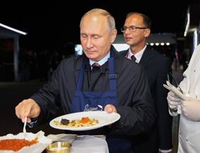 普京出席东方经济论坛 变身大厨制作俄罗斯煎饼