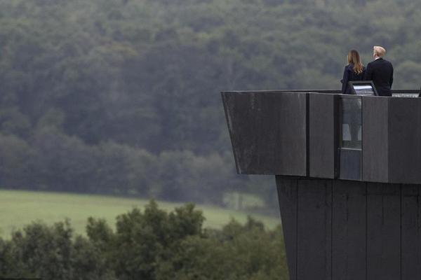 """特朗普出席""""9·11""""事件纪念活动 凝望93号航班坠机现场"""