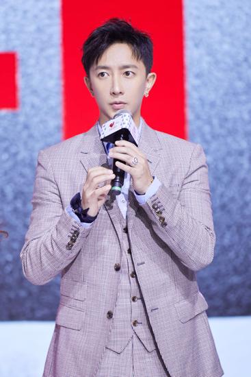 [星娱闻]韩庚出席公益盛典  简约西装沉淀时尚风范