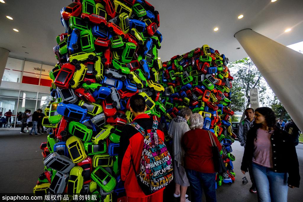 巴西圣保罗4000辆玩具小汽车创意艺术展引人注目