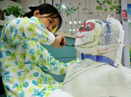 """护士手绘动漫头模为放疗小朋友""""减压"""""""