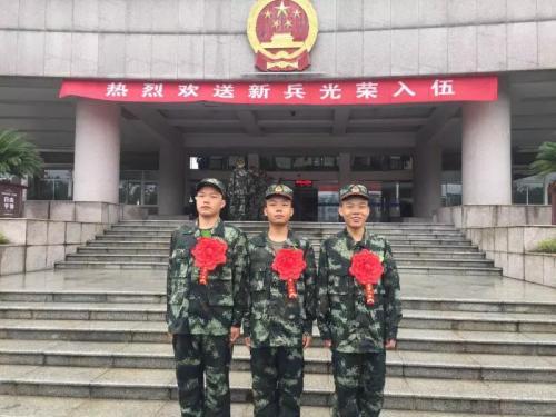 18年前部队为三胞胎送上奶粉钱 如今三人齐参军
