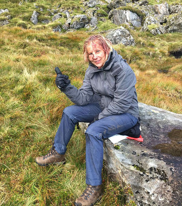 英女子登山时不幸坠落 伤势严重依然微笑面对