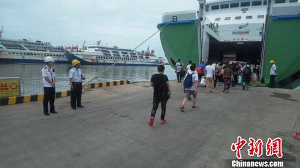 """受台风""""百里嘉""""影响,琼州海峡12日14时起全线停航"""
