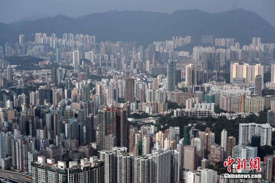 以150米作为摩天大楼的界定门槛,香港现存摩天大楼不少于215栋。香港的摩天大楼不限于商业大厦,亦包括了住宅。 中新社记者 洪少葵 摄
