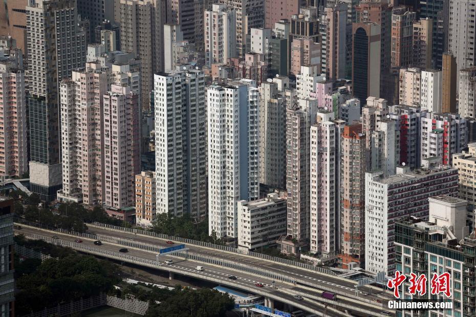 香港是一个拥有大量摩天大楼的城市,由于香港为全球人口密度最高的城市之一,因此建造摩天大楼的经济效益在香港特别明显。 中新社记者 洪少葵 摄