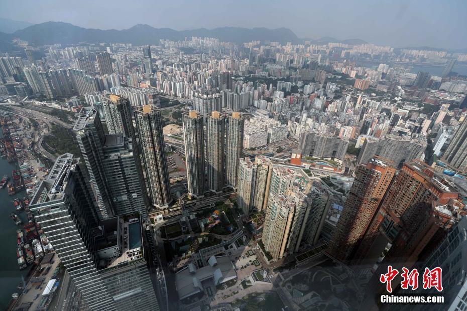 """9月11日,从香港西九龙高处远眺香港九龙。香港人居住在密密麻麻的高楼里,常自称为住在""""石屎(即混凝土)森林"""",形容生活在这座人多地少、建筑群高且密城市里的观感。 中新社记者 洪少葵 摄"""
