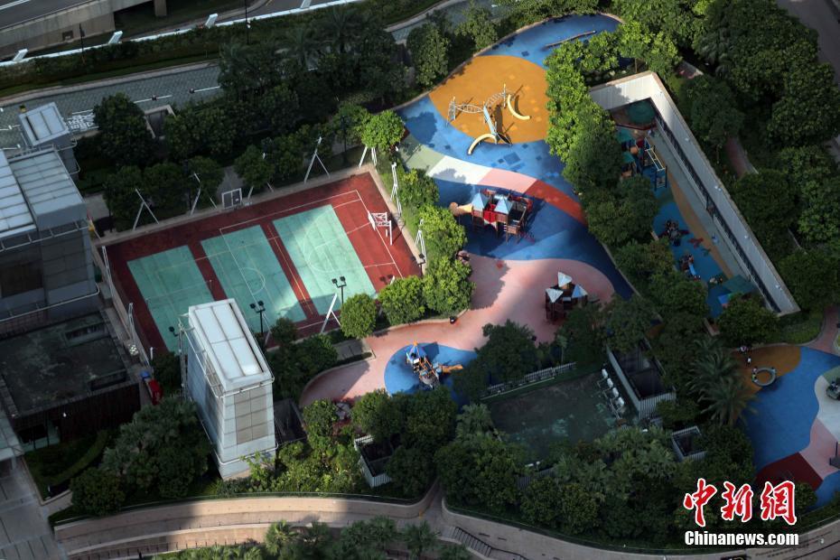 香港城市建设善于利用空间,在一定的比例下,地产发展商会腾出居民休闲运动场所。 中新社记者 洪少葵 摄