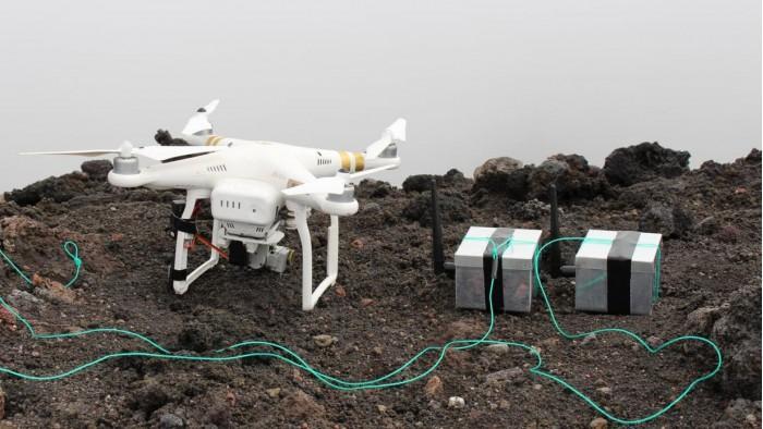 """科学家利用无人机将""""龙蛋""""投放至活火山并展开监测"""