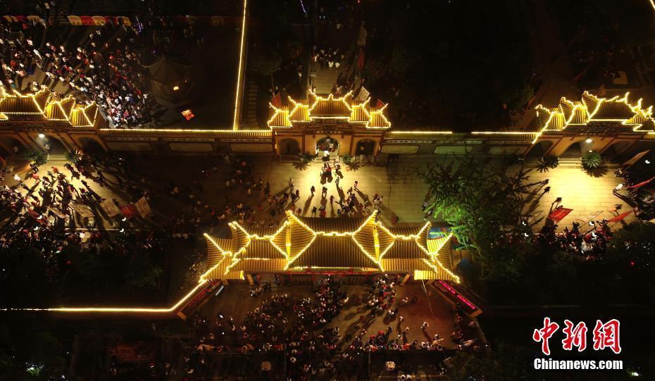 航拍南昌西山万寿宫庙会盛况 十余万游客祈福参观