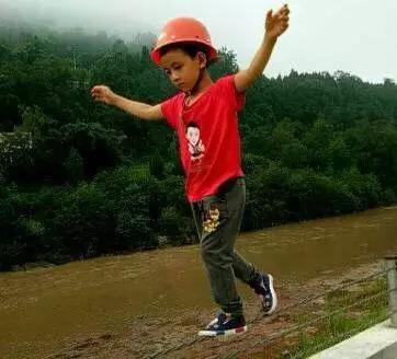7岁男孩河堤蒙眼走钢丝 父亲:为锻炼儿子意志