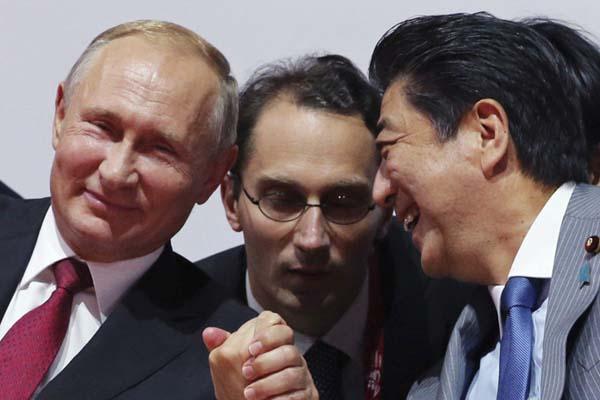 """日俄领导人观看柔道比赛 普京与安倍手拉手谈笑""""哥俩好"""""""