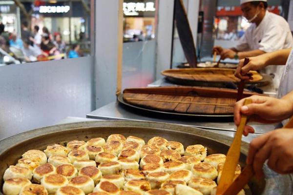 """上海""""网红""""月饼吸引民众排队争购"""