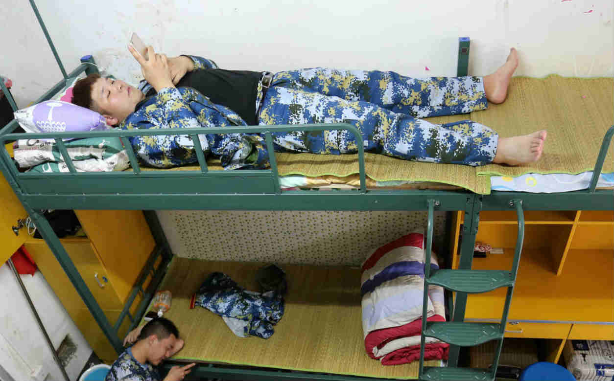 大一新生高2米重260斤 睡觉得占2张床