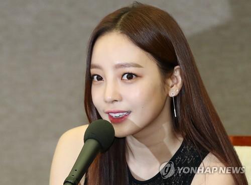 韩女星具荷拉男友报警称被殴打 女方回应:互殴