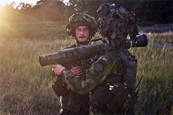 美军在瑞典联合演练试射反坦克炮