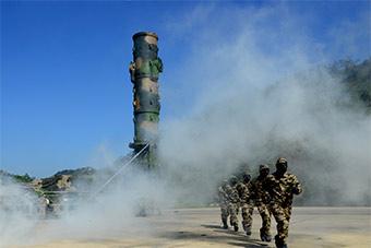 东风21D导弹部队全防护状态下发射演练