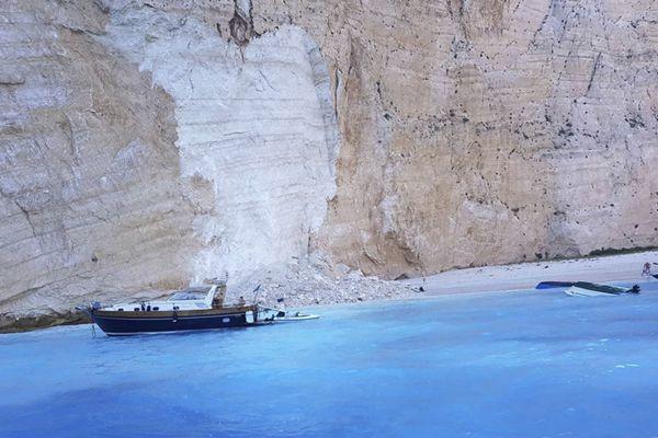 希腊沉船湾岩石塌方致3艘游船倾覆 疑有中国游客落水受伤