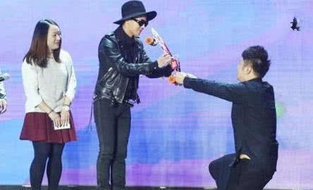 当众下跪的明星:谢娜惹争议,而她一跪成中国骄傲!