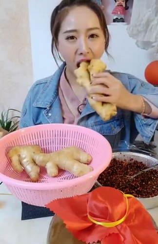 美食主播吃生姜 让我看出了吃甘蔗的感觉