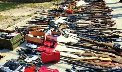 白银集中销毁非法枪爆物品