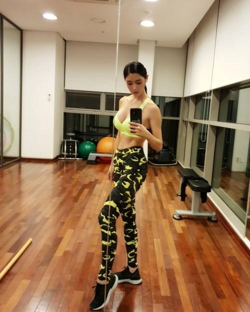 组图:韩女星Clara健身秀火辣身材 长腿纤腰有丰胸
