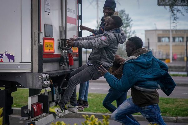 """法国出现""""扒车客"""",企图攀卡车偷渡到英国"""