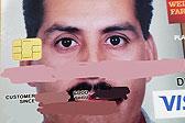 嫌照片小?美国男子信用卡照片变大头贴走红