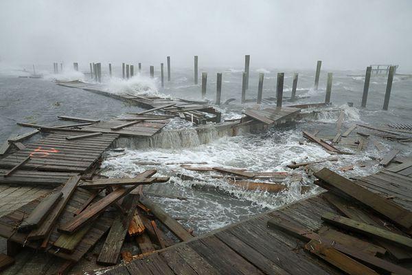 """飓风""""佛罗伦萨""""登陆美国摧毁力巨大 致河流水位暴涨"""
