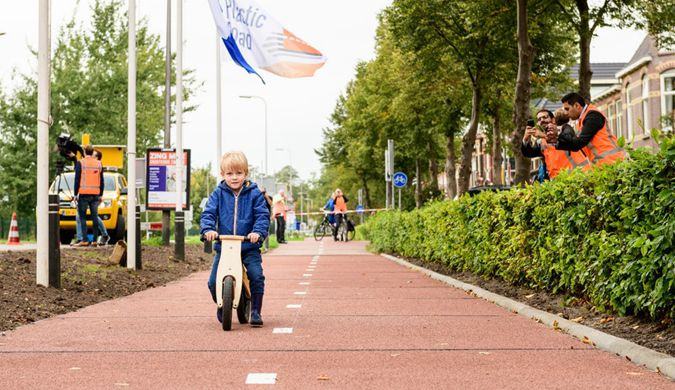 荷兰建首条废塑料车道