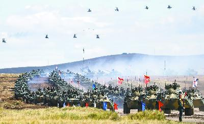 普京亲自观摩俄最大演习中俄联军携手击退假想敌