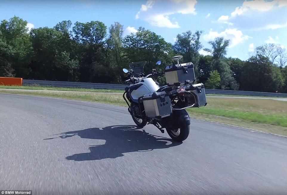 宝马公布自动驾驶摩托车行驶演示视频