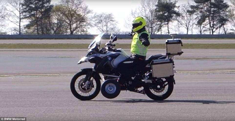 摩托车也能无人驾驶 宝马公布自驾摩托演示视频
