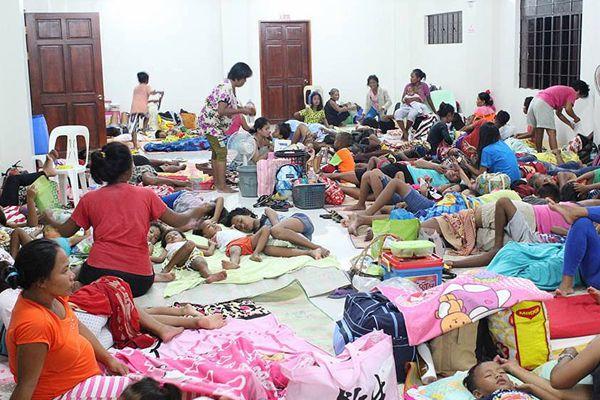 """超强台风""""山竹""""将登陆菲律宾 民众聚集疏散中心打地铺"""