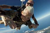 百岁二战老兵用跳伞庆生