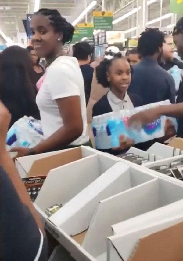 """""""魔鬼""""飓风来袭 美国居民超市抢购物资"""