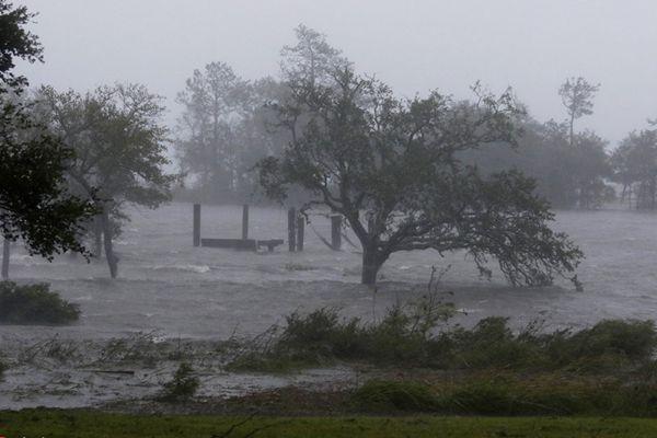 """飓风""""佛罗伦斯""""登陆美国北卡罗来纳州"""