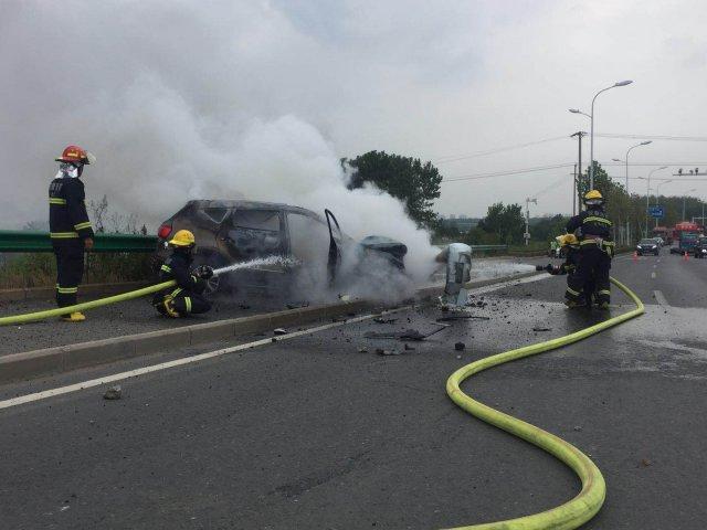 驾驶员一个喷嚏 越野车起火了