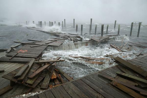 """飓风""""佛罗伦萨""""登陆美国:积水几秒钟齐腰深"""