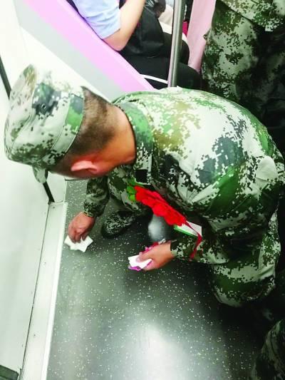 男子在地铁列车内吐痰 新兵擦完痰纸巾装进口袋