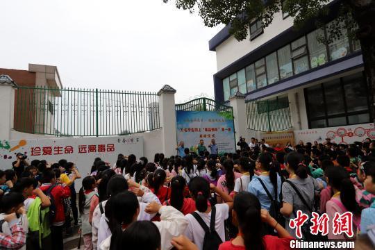 """郑州万名学生同上""""开学第一课"""":识毒、防毒 远离毒品"""