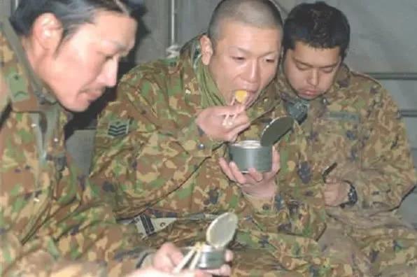 """原自卫队员抱怨:""""请日本政府给自卫队提供热饭!"""""""