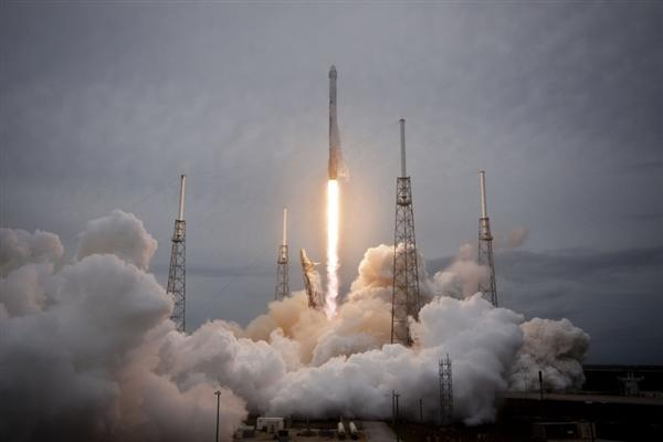马斯克旗下SpaceX签下全球首位绕月飞行私人乘客